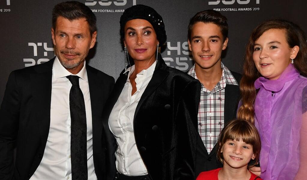 Zvonimir Boban, zijn vrouw Leonarda en de kinderen Marta, Marija en Rafael twee jaar geleden in Milaan.  (beeld afp)