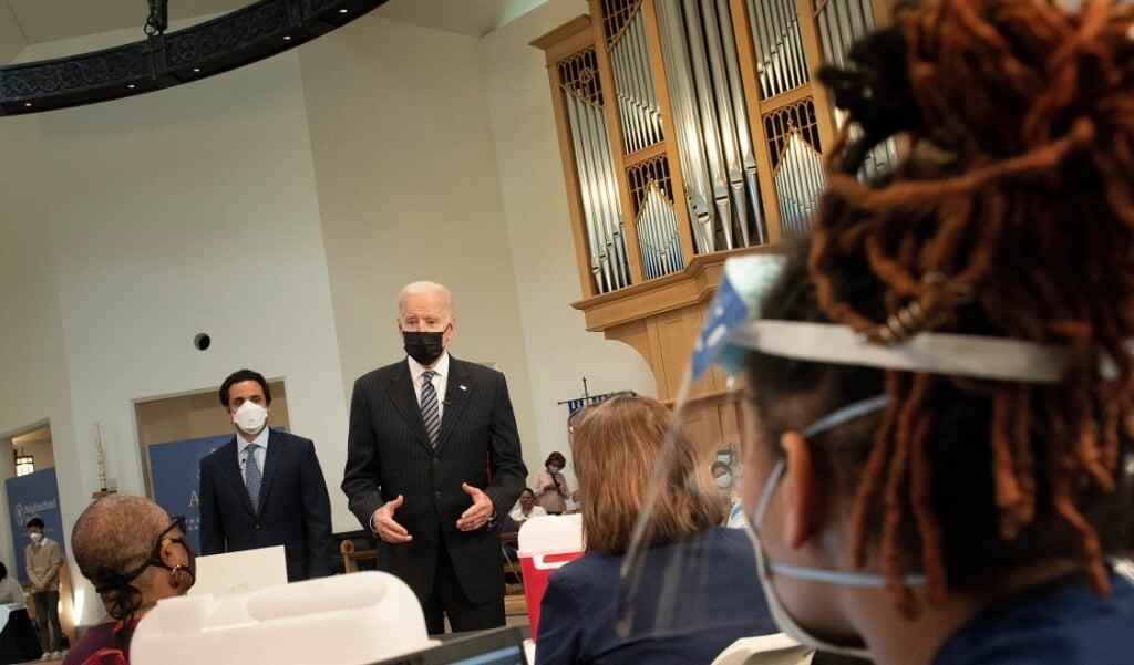 De Amerikaanse president Joe Biden bezocht op 6 april Virginia Theological Seminary waar een vaccinatiepost tegen het coronavirus is ingericht.  (beeld afp / Brendan Smialowski)