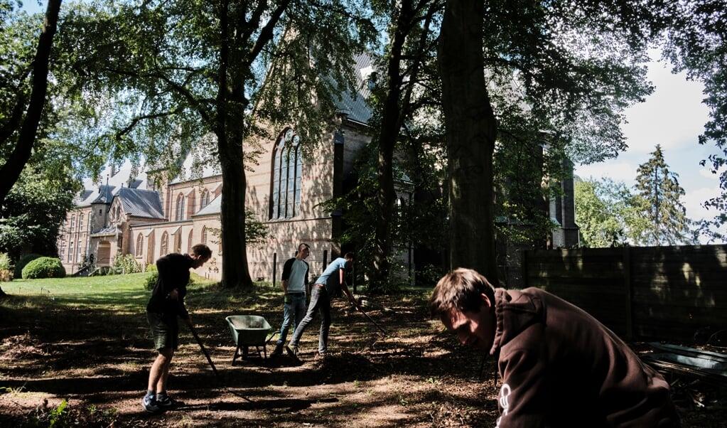 Jongeren aan het werk bij het klooster Nieuw Sion.  (beeld Dick Vos)