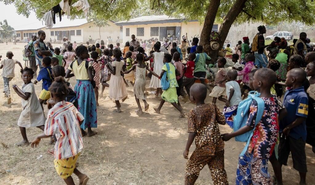 Kinderen in een vluchtelingenkamp in de Centraal-Afrikaanse Republiek waar burgers die hun huizen, dorpen en steden zijn ontvlucht een heenkomen vonden.  (beeld Epa / Adrienne Surprenant)