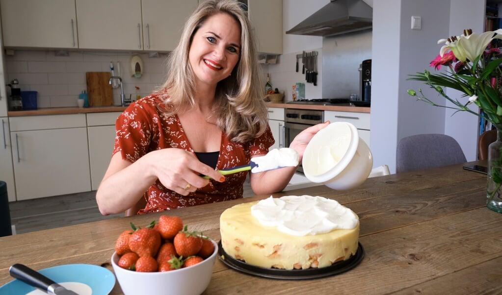 Ida Stolk en de puddingtaart van oma.  (beeld © Dick Vos)