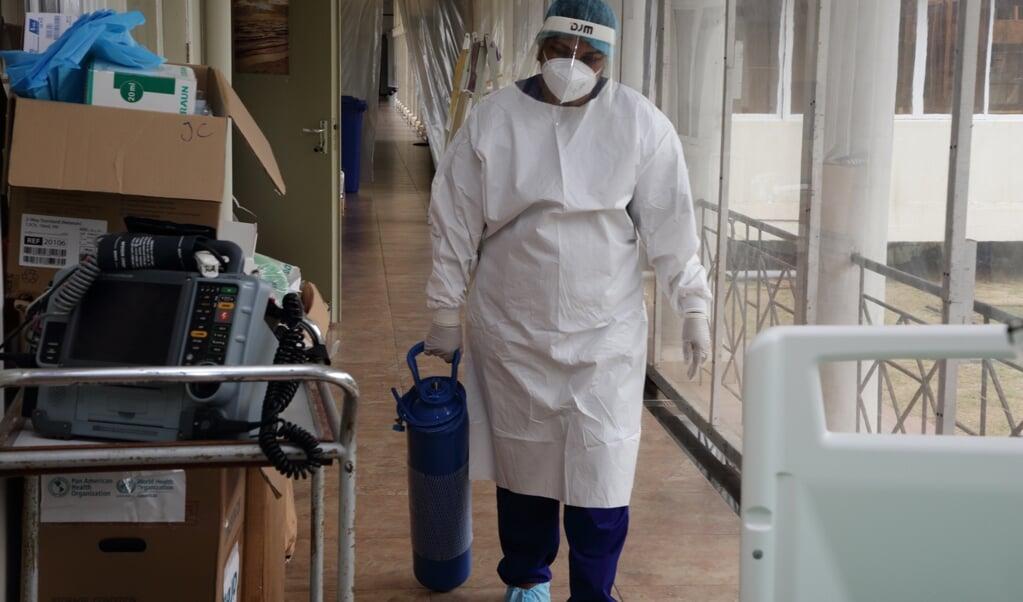 Surinaamse artsen en verpleegkundigen zijn uitgeput vanwege de grote toestroom van covidpatiënten.  (beeld anp / Ranu Abhelakh)