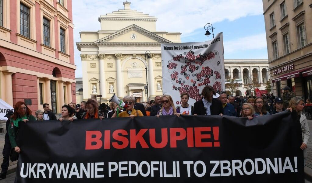 'Bisschoppen: pedofilie toedekken is een misdaad', staat er op een spandoek tijdens een demonstratie in Polen.  (beeld afp / Janek Skarzynski)