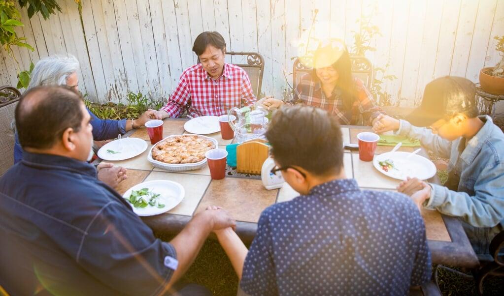 Christenen willen ook beschikbaar zijn voor hun andere relaties en contacten.  (beeld iStock)