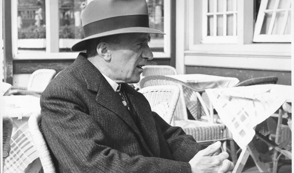 Nescio op het terras van het Noord-Zuid Hollandsch Koffiehuis in Amsterdam, 23 september 1941.  (beeld B.C.N. van Vliet)