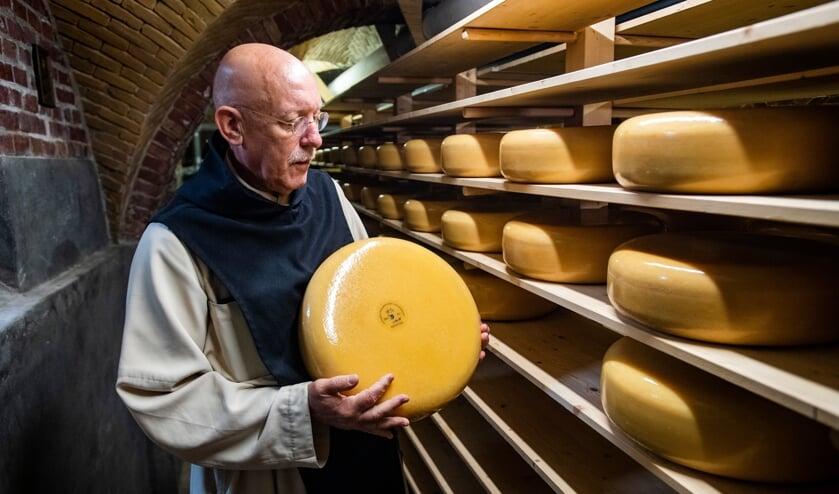 De Monniken van abdij Koningshoeven hebben 15.000 kilogram kaas over. Wie helpt ze?