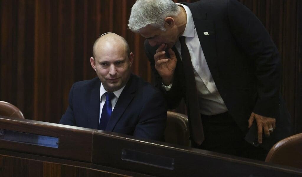 Naftali Bennett (links) en Yair Lapid speelden een sleutelrol bij de totstandkoming van de Israëlische supercoalitie, die uit een recordaantaantal van acht partijen bestaat.  (beeld epa / Ronen Zvulun)