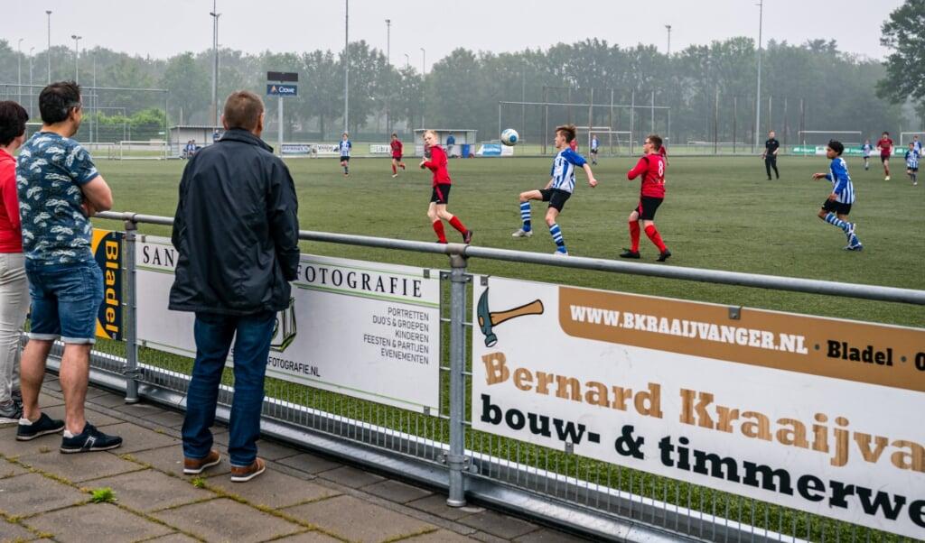 Jongeren spelen een wedstrijd bij voetbalvereniging Bladella. Voor het eerst in bijna acht maanden staan in de Nederlandse amateursport weer echte wedstrijden op het programma.   (beeld anp / Rob Engelaar)