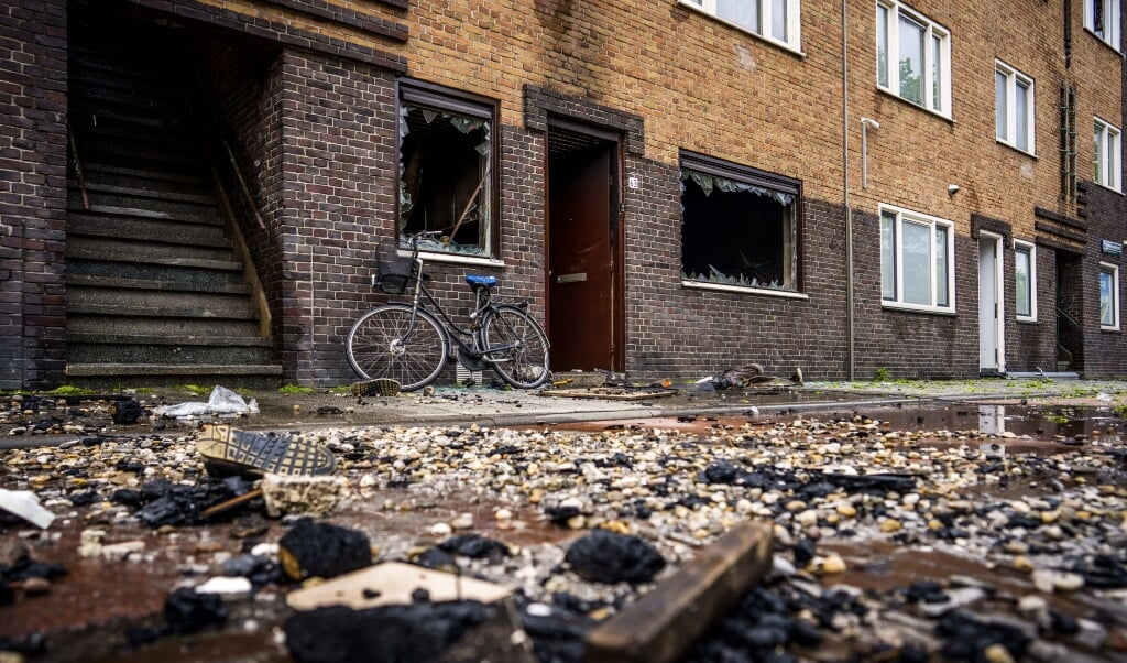 De ravage na de brand in het woningencomplex in de Wouwermanstraat.  (beeld anp / Freek van den Bergh)