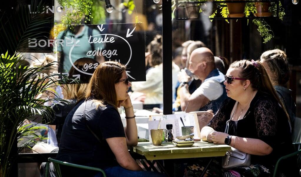 Bezoekers op een terras in het centrum van Utrecht.  (beeld anp / Sem van der Wal)