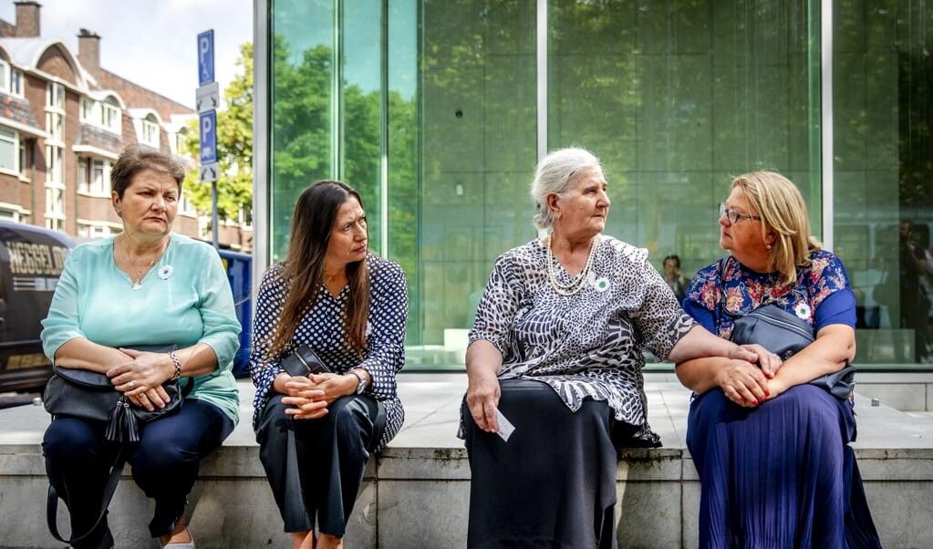 De Moeders van Srebrenica na afloop van de uitspraak van de Hoge Raad in de cassatieprocedure van de zaak tegen de Nederlandse Staat in 2019.  (beeld anp / Remko de Waal)