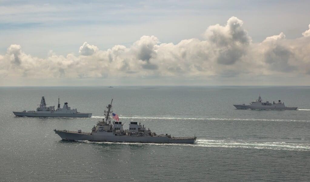 De Britse HMS Defender, de Nederlandse Zr.Ms. Evertsen en de Amerikaanse USS Laboon oefenen samen in de Zwarte Zee  (beeld us navy photo)