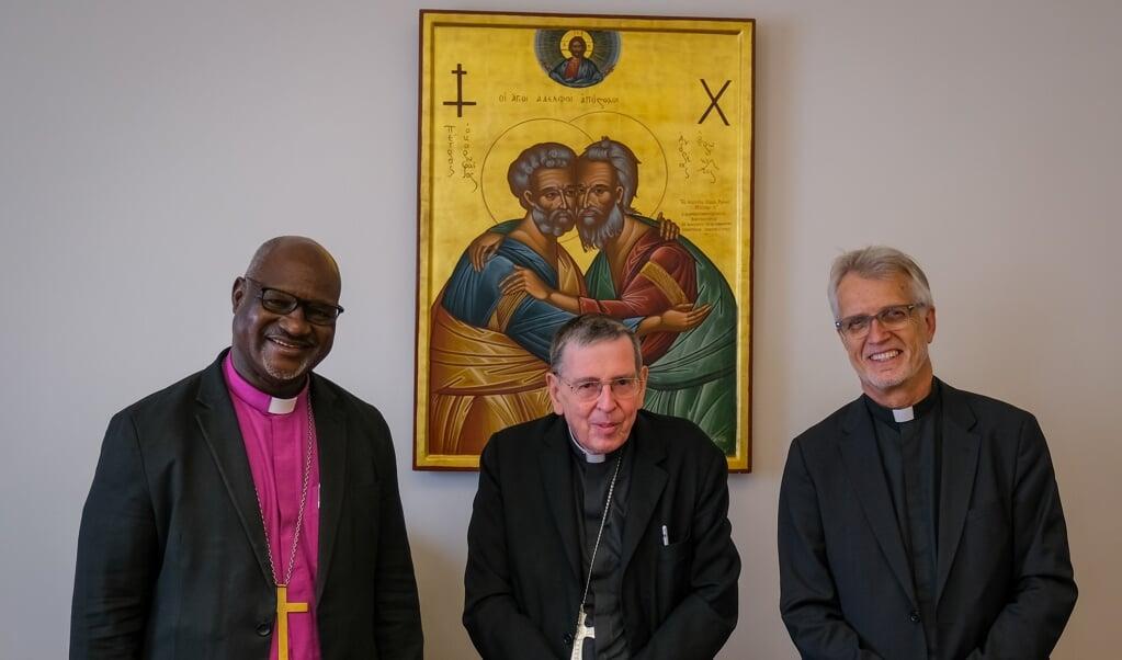 Aartsbisschop Panti Filibus Musa voorzitter van de Lutherse Wereldfederatie (links), samen met predikant Martin Junge (rechts), de secretaris-generaal, op bezoek bij kardinaal Kurt Koch in het Vaticaan.  (beeld lwf / A. Danielsson)