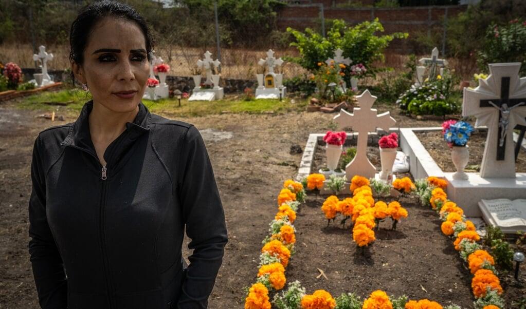 Denisse Barragán bij het graf van haar vermoorde moeder.  (beeld Alejandro Cegarra)