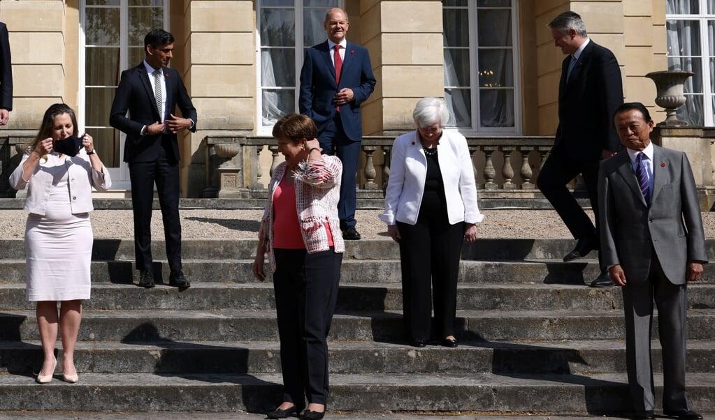 De ministers van Financiën van de zeven rijkste industrielanden nemen in Londen hun plek in voor de bordesfoto.  (beeld afp / Henry Nicholls)