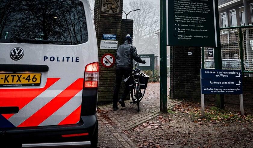 Politie bij het asielzoekerscentrum in Weert, in 2019, na een dodelijke steekpartij.  (beeld anp / Rob Engelaar)