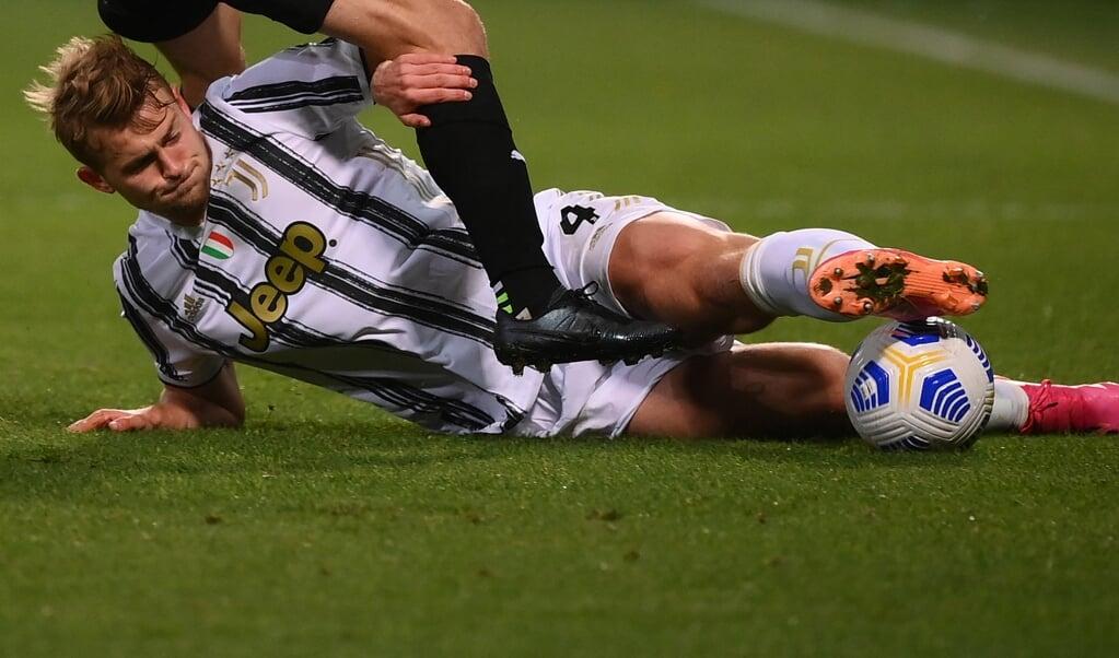Matthijs de Ligt in actie tijdens de voetbalwedstrijd Sassuolo-Juventus op 12 mei 2021.  (beeld afp / Marco Bertorello)