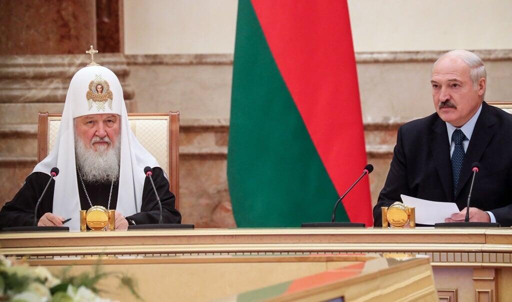 De Belarussische president Alexandr Loekasjenko bracht in 2018 een bezoek aan de Russisch-Orthodoxe patriarch Kiril I in Moskou waar hij deelnam aan een ontmoeting van de Heilige Synode.  (beeld afp / Nikolay Petrov)