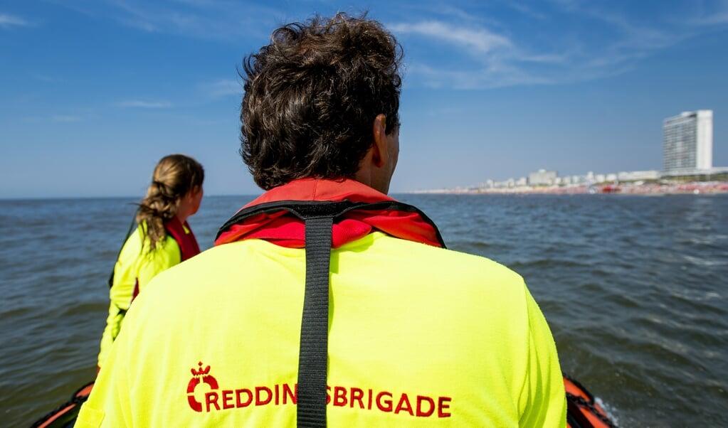 Medewerkers van de Reddingsbrigade surveilleren op de Noordzee.  (beeld anp / Robin van Lonkhuijsen)