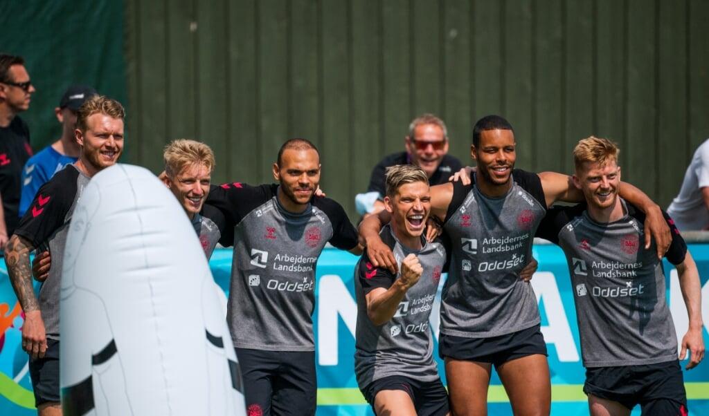 De voetballers van Denemarken hebben een flinke boost gekregen van het bezoek van teamgenoot Christian Eriksen vrijdag.  (beeld afp / Jonathan Nackstrand)