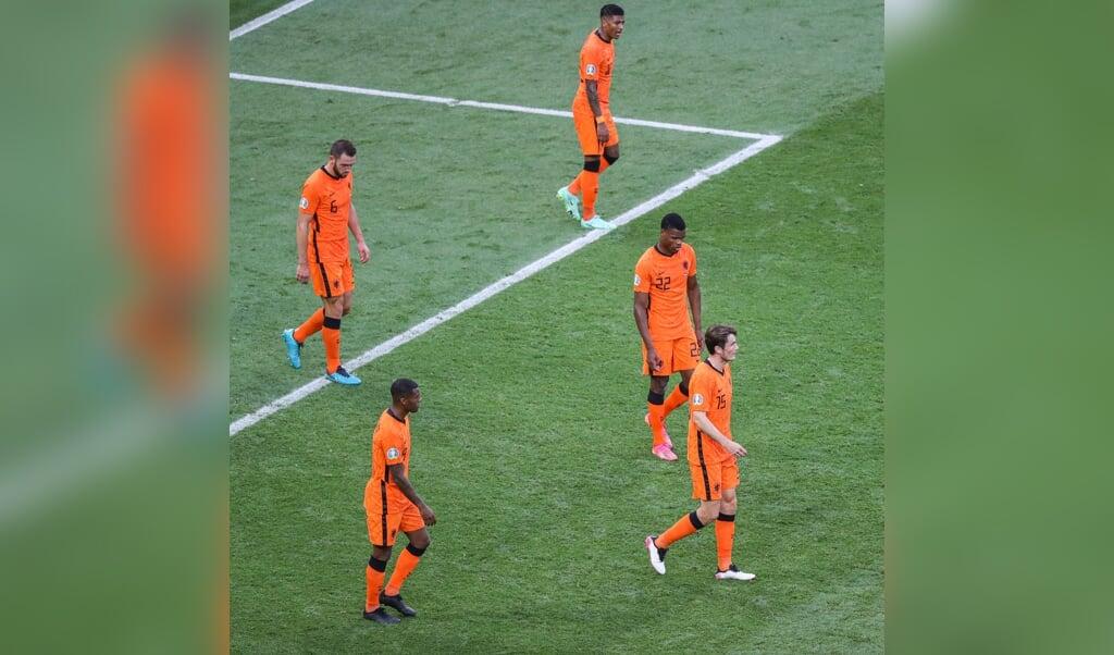 Spelers van Nederland na de 0-1 van Tsjechië.  (beeld anp / Pieter Stam de Jonge)