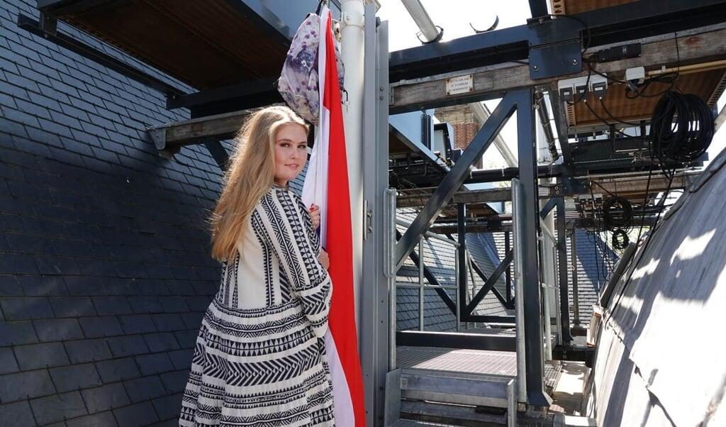 Ook voor prinses Amalia ging de vlag donderdag uit: zij is geslaagd.  (beeld rijksvoorlichtingsdienst)