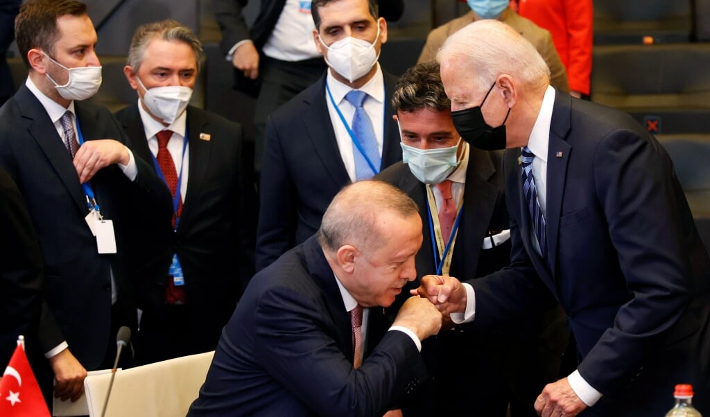 Amerikaanse president Joe Biden en Turkse president Recep Tayyip Erdogan geven elkaar een boks tijdens de NAVO-top.  (beeld epa / Olivier Matthys)