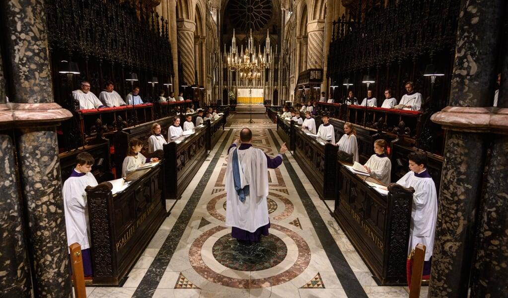 'Schoonheid komt in de eredienst naast muziek ook tot uitdrukking in architectuur, liturgie, beelden, kunst en teksten.' Beeld: leden van het King's College oefenen voor het Festival of Lessons and Carols in de kathedraal van Durham.  (beeld afp/ Oli Scarff)