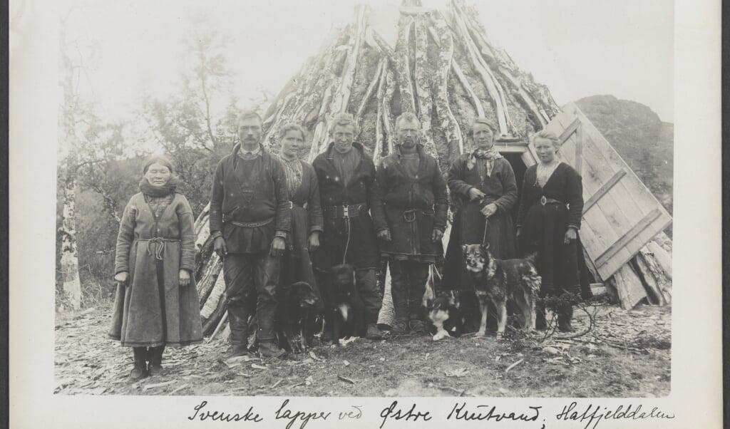 Zweedse Sami poseren voor hun hut, 25 juni 1910.  (beeld nationale bibliotheek van noorwegen)