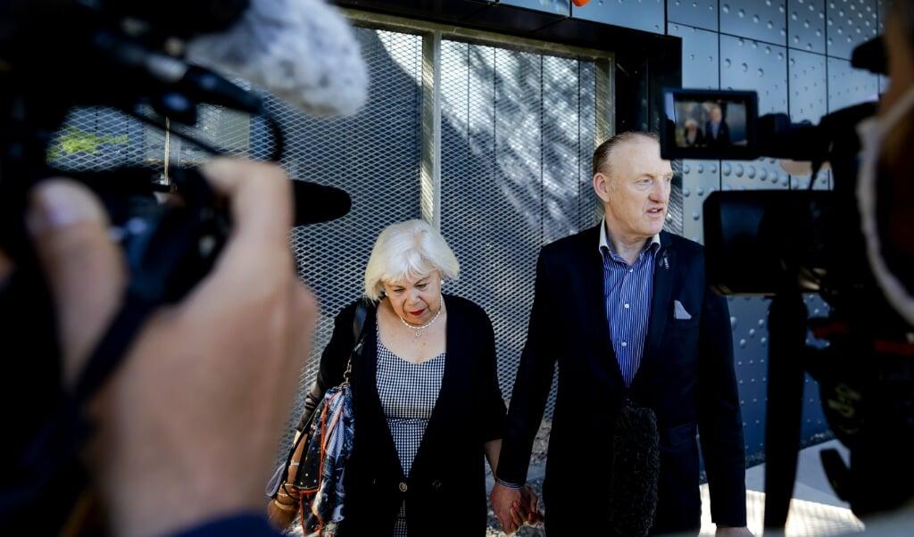 Nabestaande Evert van Zijtveld en partner bij het Justitieel Complex.  (beeld anp / Robin van Lonkhuijsen)