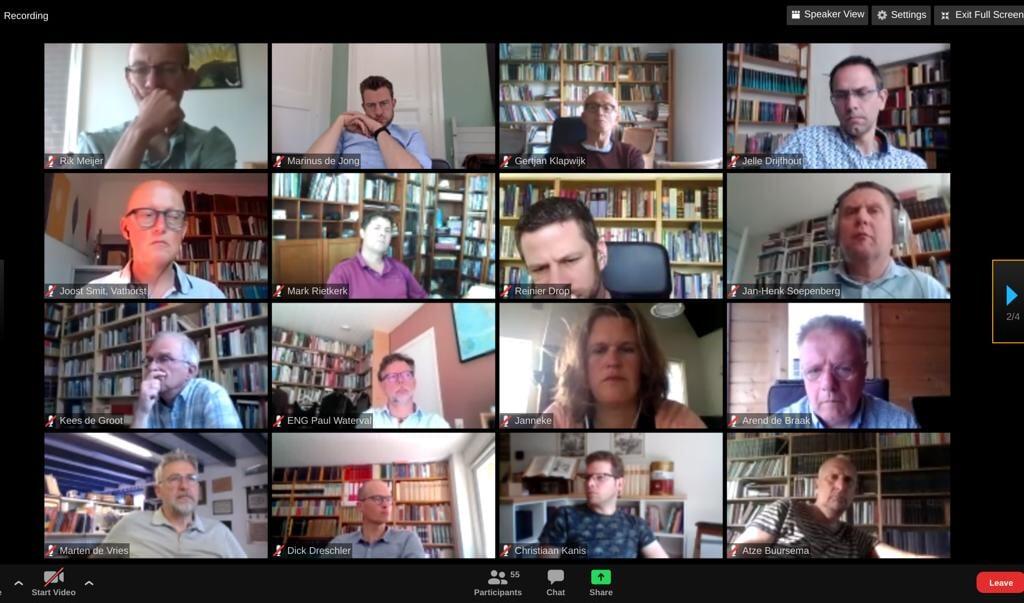 Predikanten luisteren vanuit huis naar het online seminar over kerk na corona.   (beeld nd)