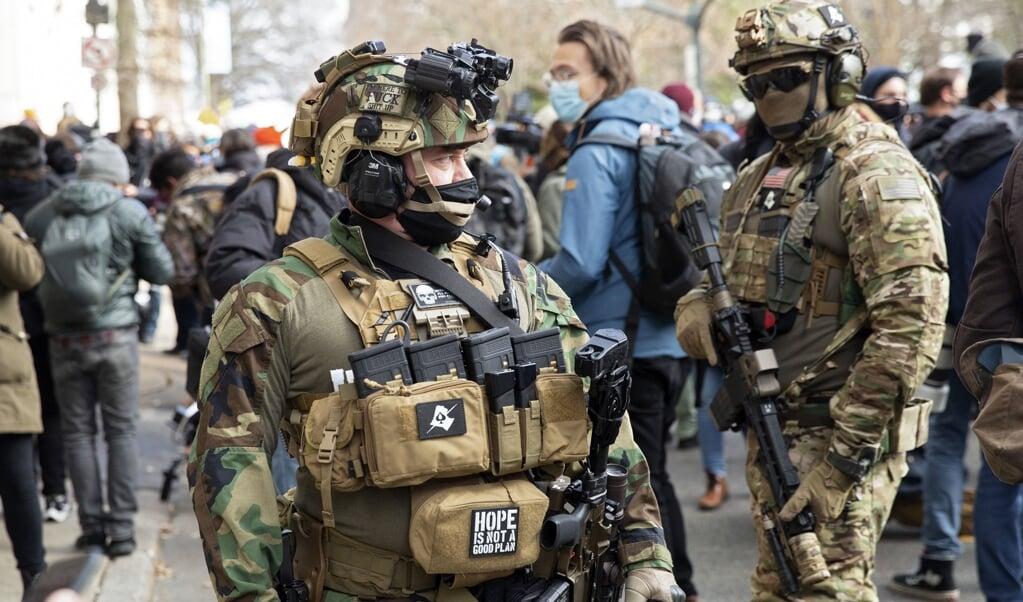 Burgers mogen in steeds meer Amerikaanse staten vrij wapens dragen op straat, inclusief aanvalswapens, zoals hier in Richmond,Virginia, bij een protestmars.  (beeld afp/Ryan Kelly)