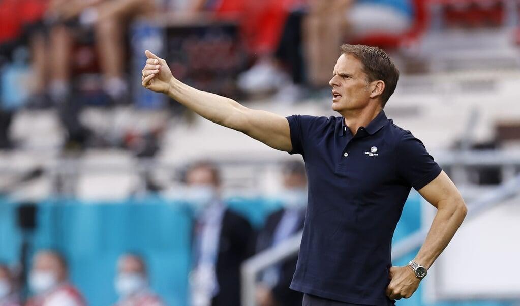 Frank de Boer, zondag tijdens de verloren achtste finale Nederland-Tsjechië in Boedapest.  (beeld anp / Maurice van Steen)
