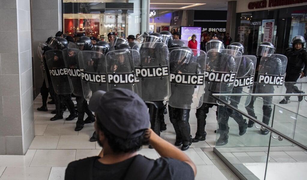 Oproerpolitie staat opgesteld bij een demonstratie van de oppositie van Nicaragua in een winkelcentrum in de hoofdstad Managua.  (beeld afp / Inti Ocon)