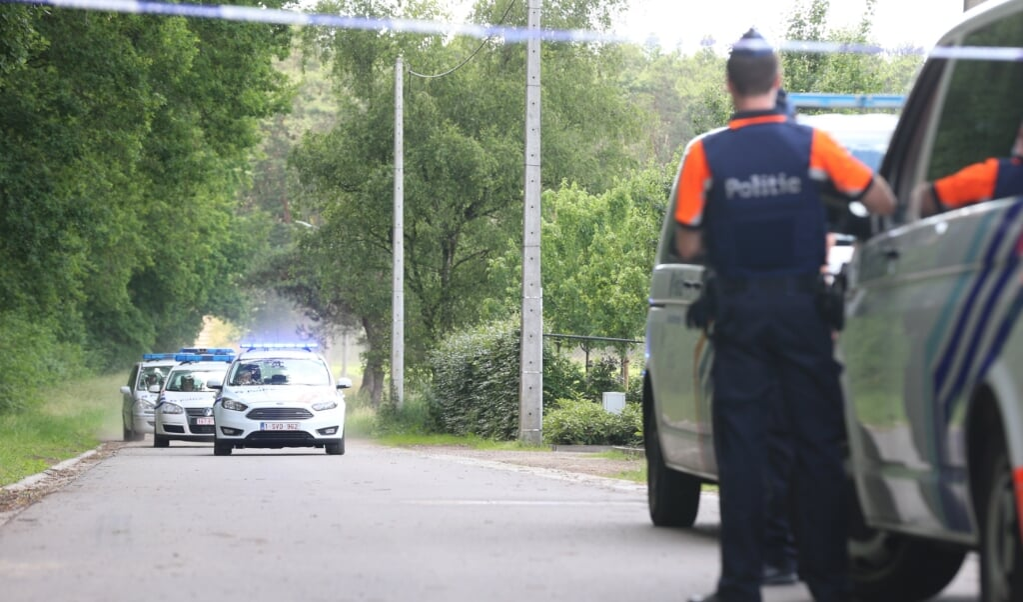 Extra politie nabij het Dilserbos na de vondst van het dode lichaam van Jürgen Conings.  (beeld epa)