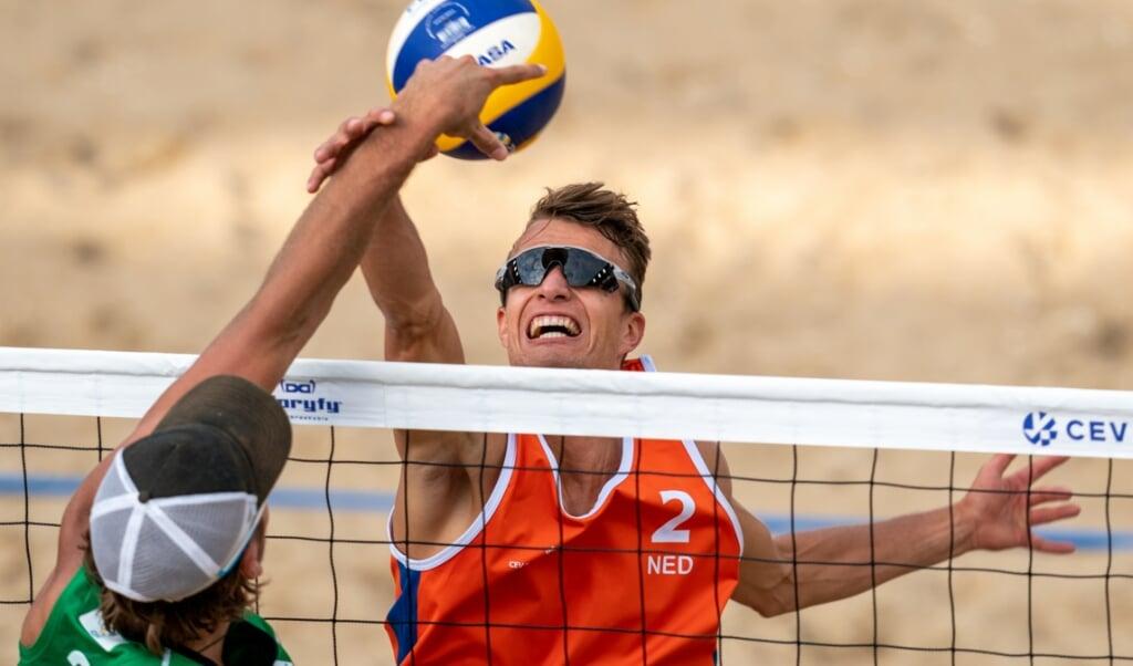 Yorick de Groot tijdens de Continental Cup Final Beachvolleybal. Het toernooi was de laatste mogelijkheid voor deelnemers om zich te kwalificeren voor de Olympische Spelen.  (beeld anp / Ronald Hoogendoorn)