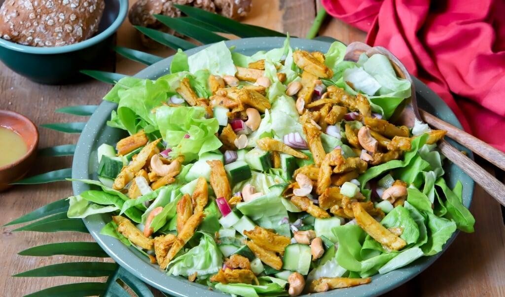 Surinaamse salade met massalakip.  (beeld voedingscentrum)