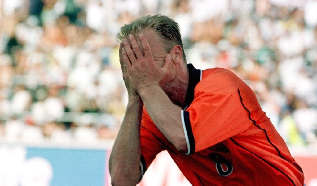 Na de goal tegen Argentinië slaat Bergkamp de handen voor zijn ogen.  (beeld anp)
