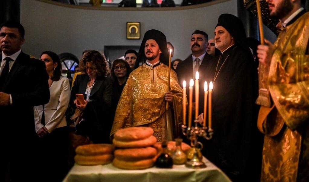 De Griekse premier en de Oecumenisch Patriarch van Constantinopel wonen een viering bij tijdens een bezoek aan de theologische school in Halki.  (beeld afp / Bulent Kilic)