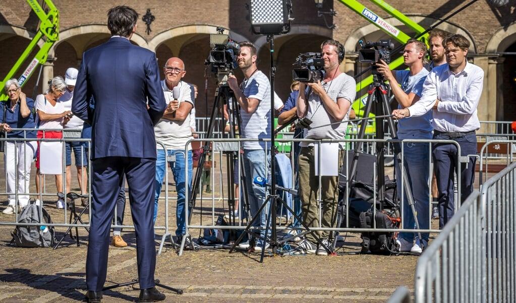 Wopke Hoekstra (CDA) staat de pers te woord voorafgaand aan zijn gesprek met informateur Mariëtte Hamer.   (beeld anp / Lex van Lieshout)