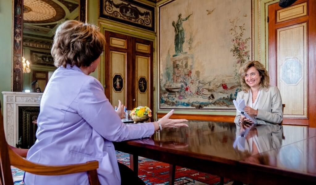 Informateur Hamer (l.) biedt haar verslag aan Kamervoorzitter Bergkamp aan.  (beeld anp / Bart Maat)
