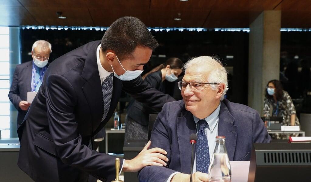 De Italiaanse minister van Buitenlandse Zaken Luigi Di Maio (l) in gesprek met de hoge vertegenwoordiger van de EU voor buitenlands beleid Josep Borrell.  (beeld afp / Johanna Geron)