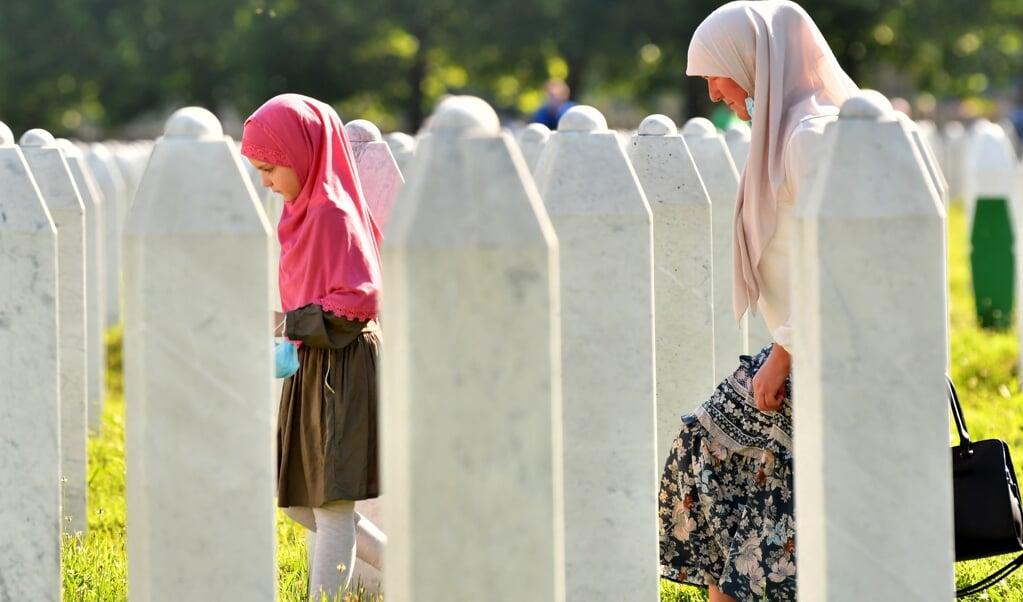 Discriminatie op basis van etniciteit is minder tastbaar dan discriminatie op basis van huidskleur. Maar de gevolgen kunnen desastreus zijn, zoals in Srebrenica, tijdens de oorlog in het voormalig Joegoslavië.  een Bosnische vrouw en haar kleindochter op de begraafplaats van Potocari, net buiten Srebrenica.  (beeld Elvis Barukcic / afp)