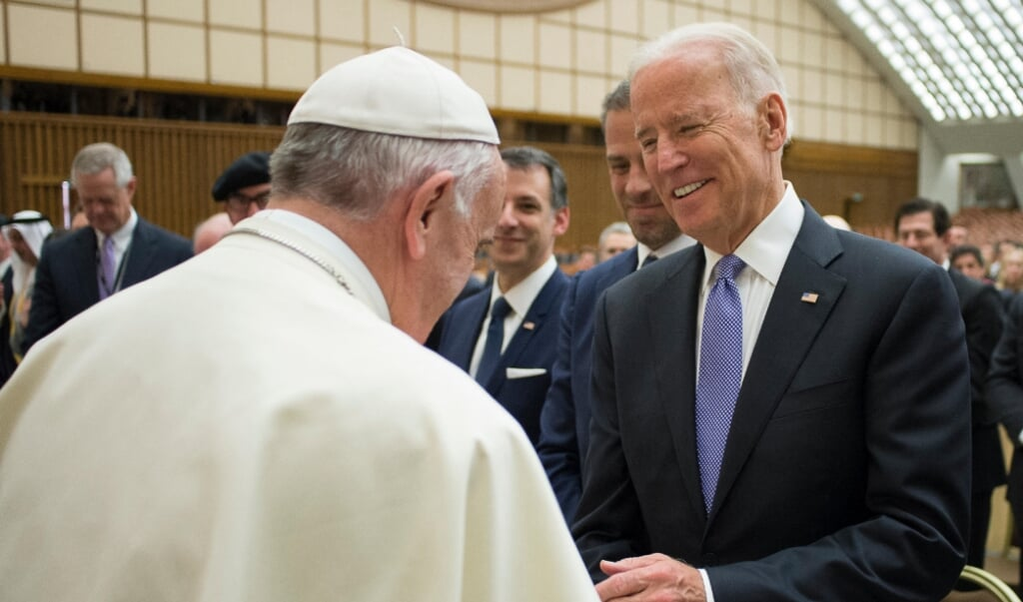 Joe Biden, toen vice-president onder Barack Obama, tijdens een algemene audiëntie met paus Franciscus op 29 april 2016.   (beeld afp / Osservatore Romano)
