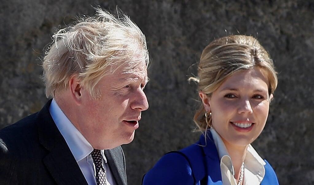 De Britse minister-president Boris Johnson met zijn echtgenote Carrie Johnson, met wie hij onlangs trouwde, tijdens de G7-ontmoeting in Cornwall.  (beeld afp / Peter Nicholls)