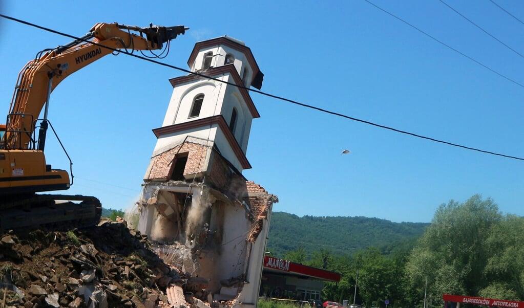De afbraak van de Servisch-orthodoxe kerkgebouw in een dorpje vlakbij Srebrenica.  (beeld str / afp)