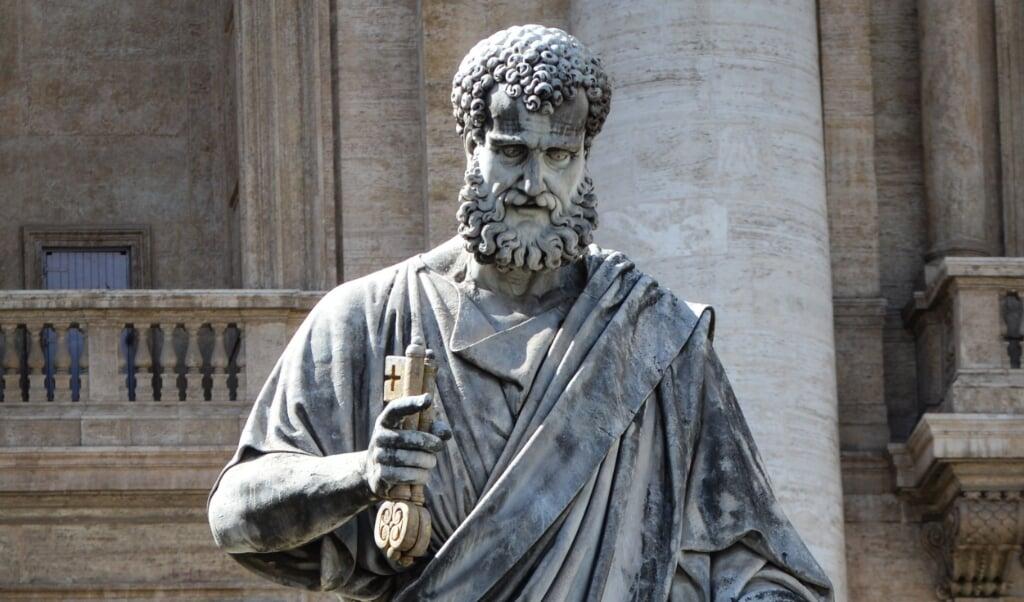 Beeld van de apostel Petrus voor de Sint-Pietersbasiliek in Rome.  (beeld Cathopic / Moisés Becerra LC)