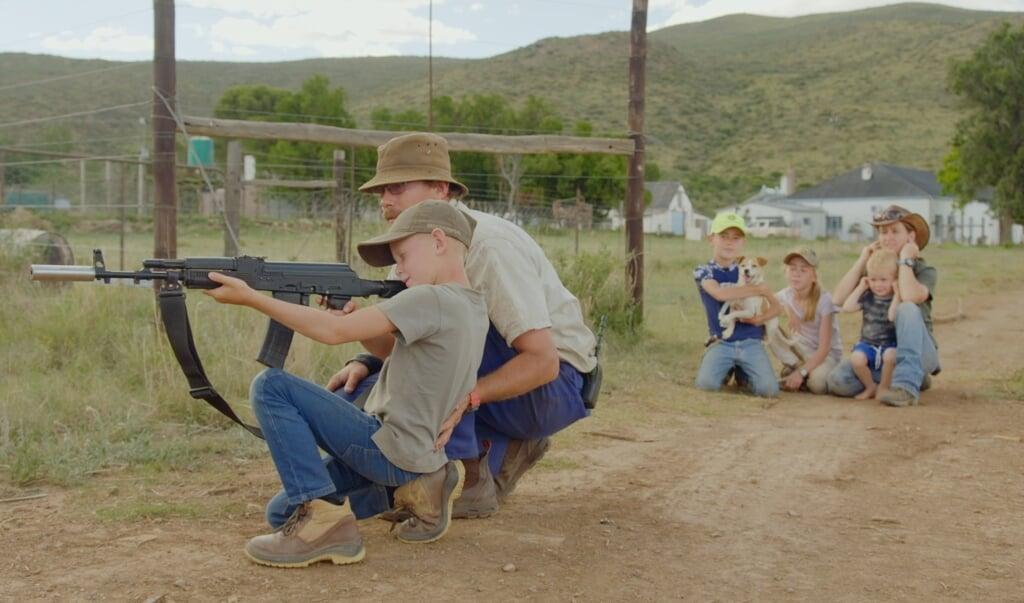 Vader Hattingh leert zijn kinderen schieten, zodat zij de boerderij kunnen verdedigen bij een mogelijke roofoverval.  (beeld eo)