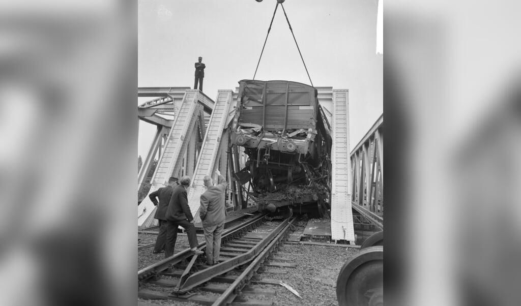De wrakstukken van de treinen worden weggetakeld.  (beeld nationaal archief)
