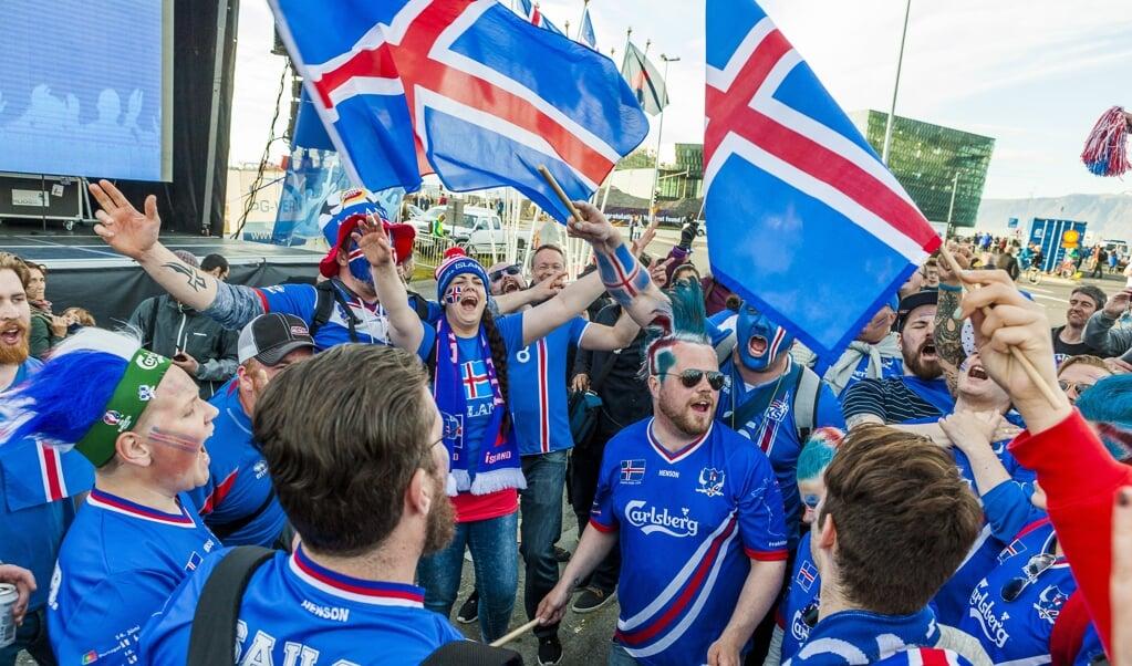 Uitzinnige IJslanders bij de kwartfinale van het EK voetbal op 3 juli 2016, toen de nationale ploeg met 2-5 door gastland Frankrijk werd verslagen.  (beeld afp / Karl Petersson)